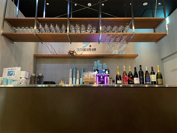 世界に向けて羽ばたく場所でコーヒーとアルコールを楽しめる革新的な空間